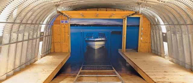 лодка в гараже