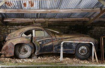 старая машина в заброшенном гараже